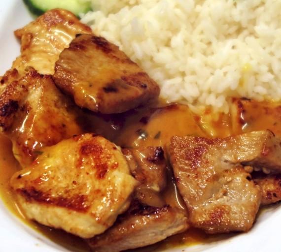 200g Medailonky Šéfkuchaře (kuřecí a vepřové maso přelité máslovo-bylinkovou omáčkou), obloha