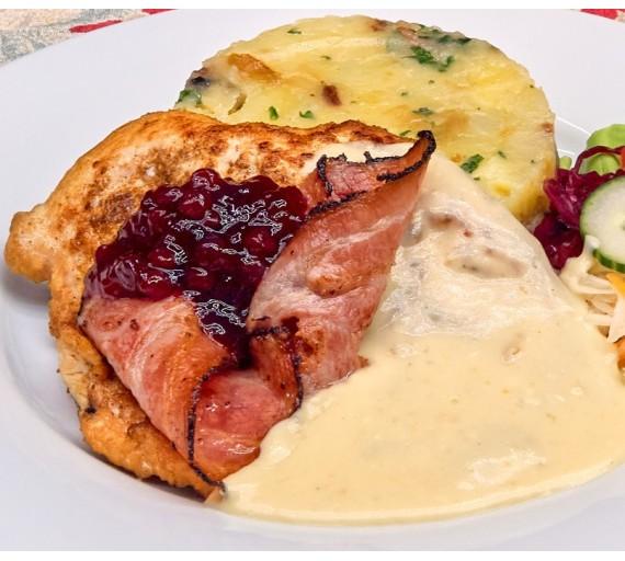 200g Grilovaná kuřecí prsíčka se slaninou a Camembertem, přelitá brusinkovým přelivem