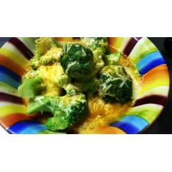 250g Brokolicové hlavičky přelité sýrovou omáčkou, zapečené s mozzarellou