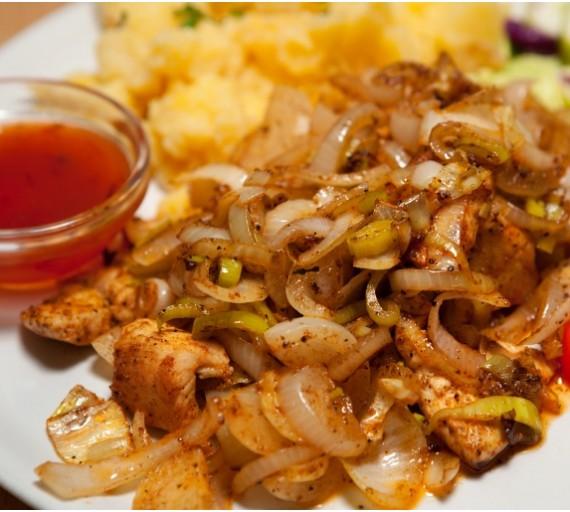 200g Mexický kotlík (kuřecí nebo vepřová kotletka, pórek, cibule, mexické koření, chilli omáčka sladká), obloha