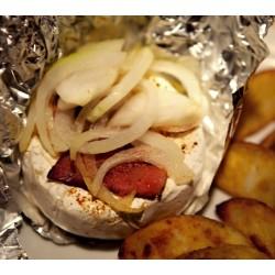 Zapečený hermelín na česneku ve slaninovém kabátku, pikantní koření, červená cibule + 200g hranolků