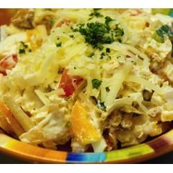 400g Směs čerstvé zeleniny s broskví a kousky osmahnutých kuřecích prsíček v jogurtovém dresinku a posypané Eidamem