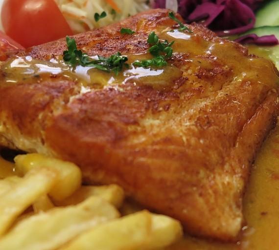 200g Losos norský přelitý lehce pikantní máslovo-bylinkovou omáčkou s bazalkou